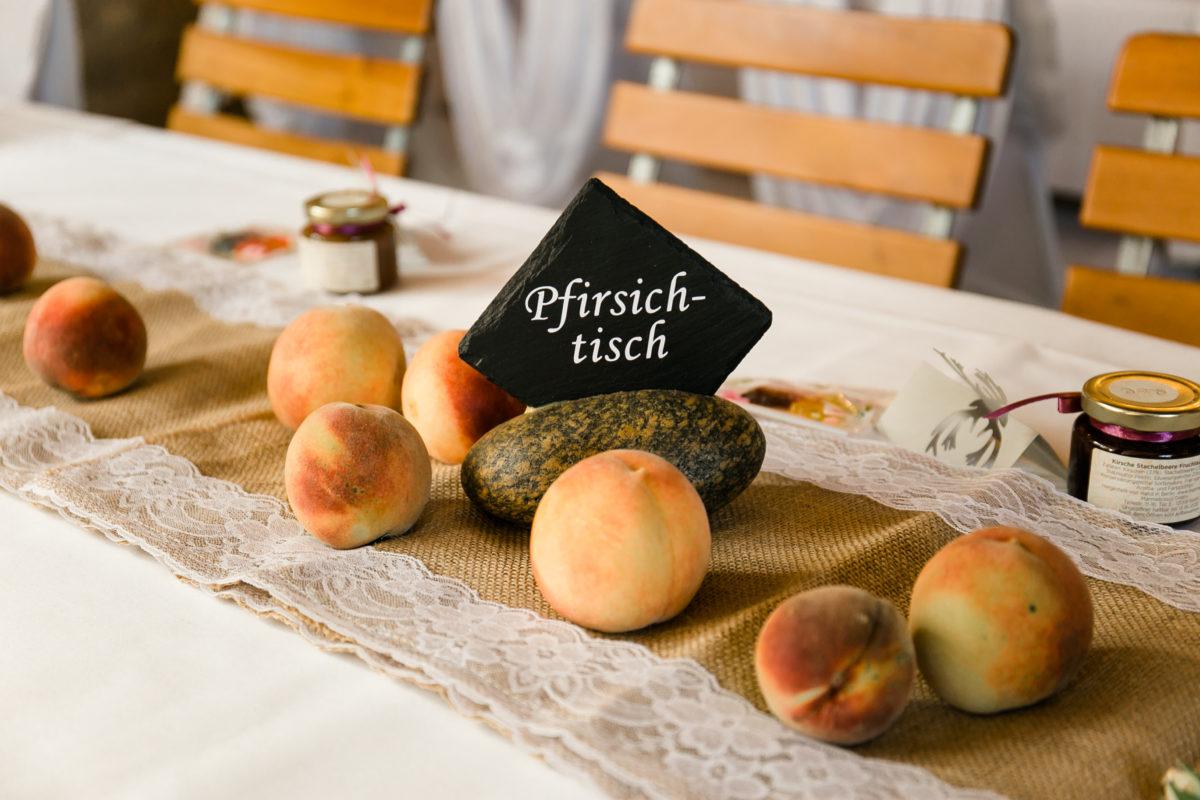 Tischdekoration mit Früchten.