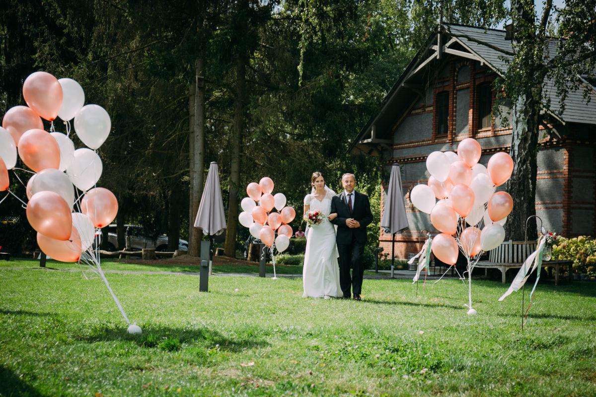 Die Braut wird von ihrem Papa rein geführt.