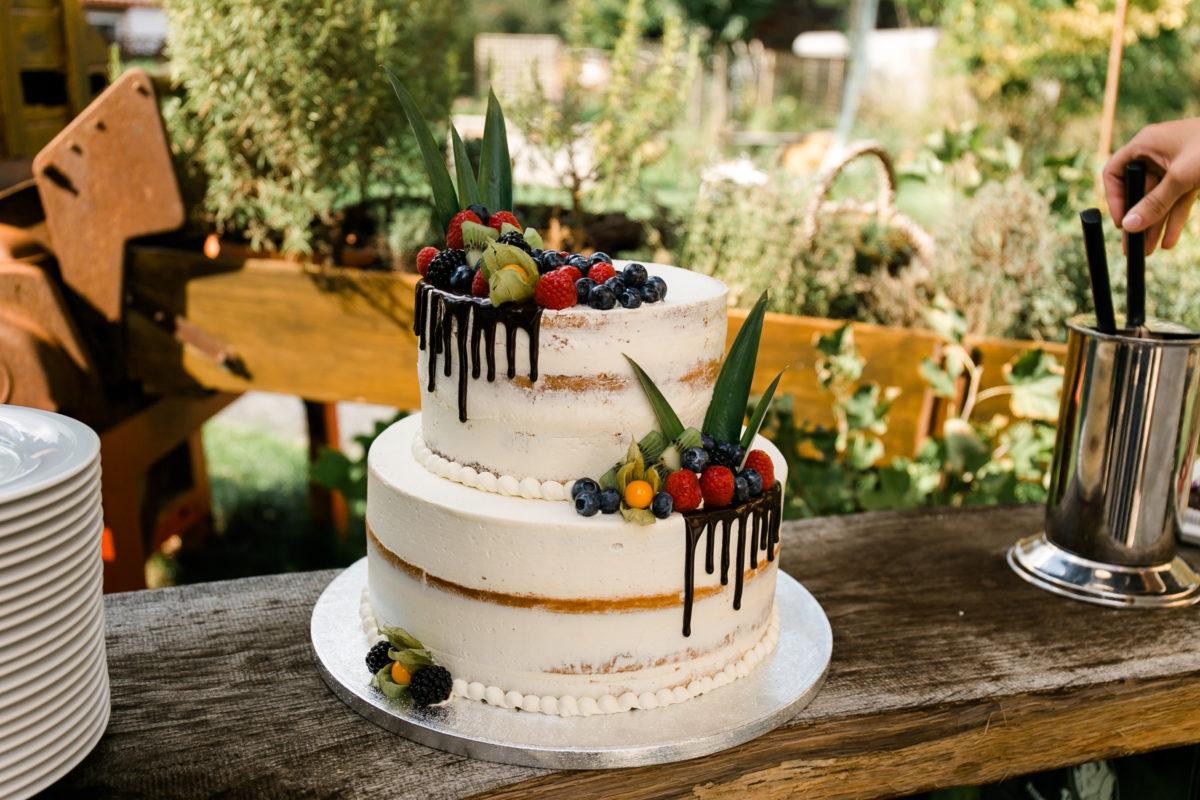 Hochzeitstorte mit Früchten.