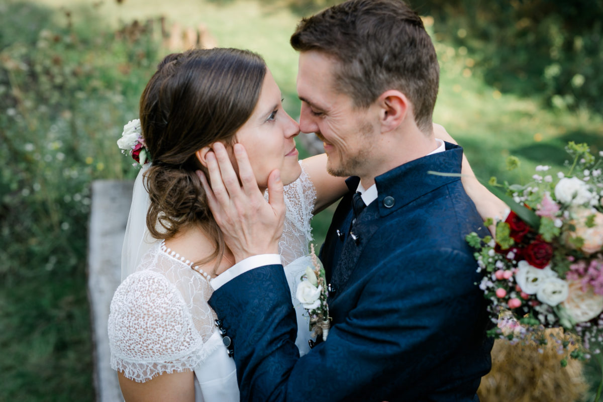 Das Brautpaar schaut sich innig an beim Brautpaarshooting.