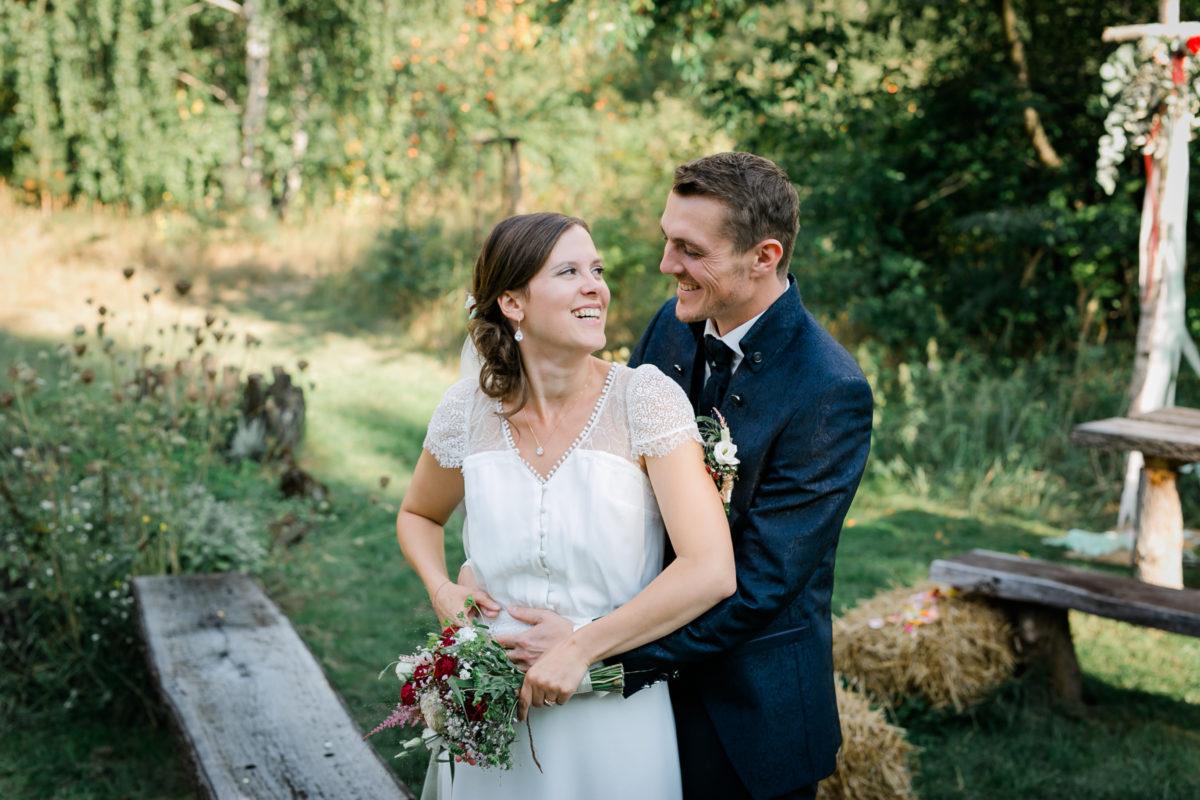 Verliebtes Brautpaar beim Hochzeitsshooting.