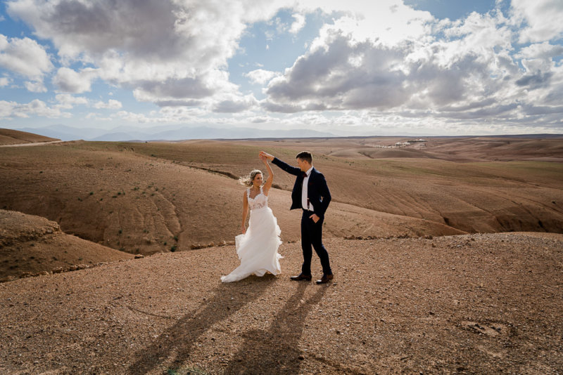 Bild-von-Brautpaar-in-Marrakesch-Wüste